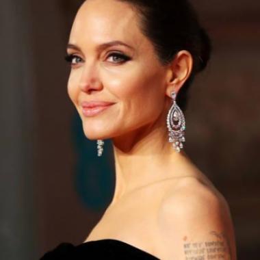 هل تواعد أنجلينا جولي ممثلاً يشبه براد بيت؟