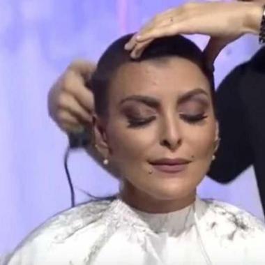 بالفيديو :مذيعة سعودية ناجية من السرطان تحلق شعرها على الهواء