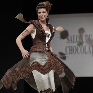 عرض أزياء شهي في صالون الشوكولا الباريسي