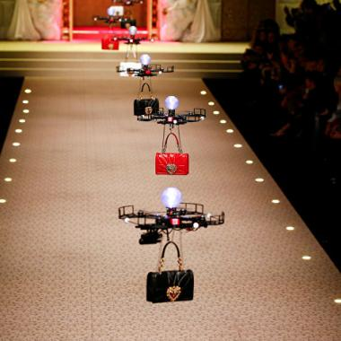بالفيديو: حقائب اليد تحملها طائرات في عرض Dolce&Gabbana الأخير