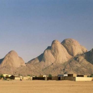 """يوميات نساء يفتتن الصخور في ولاية """"كسلا"""" السودانية"""