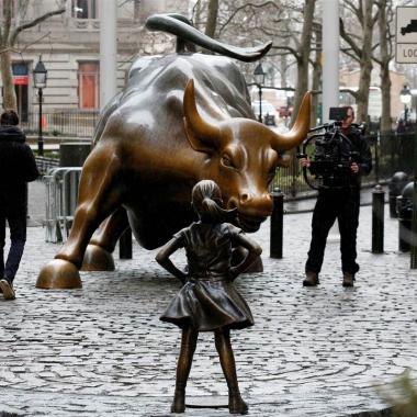 تمثال الفتاة الصغيرة في وول ستريت..وقفة رمزية من أجل النساء في العالم!