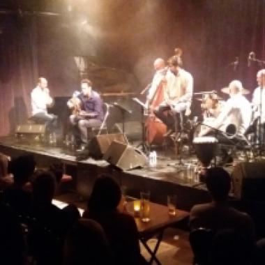 """فرقة """"جسور"""" تعزف لغتها العالمية في حفل باريسي"""