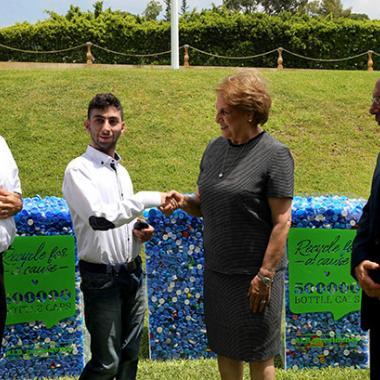 في اليوم العالمي للبيثة اللبنانية الاولى قدّمت سمّاعة أذن لشاب إثر جمع 500 ألف غطاء بلاستيكي