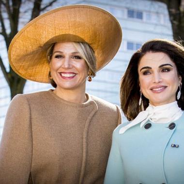 الملكة رانيا تعيد إحياء ريترو الستينات بمعطف أزرق فاتح!