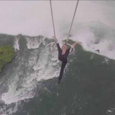 بالفيديو: رقم قياسي لمغامرة تتمسك بأسنانها بطائرة فوق شلالات نياغرا