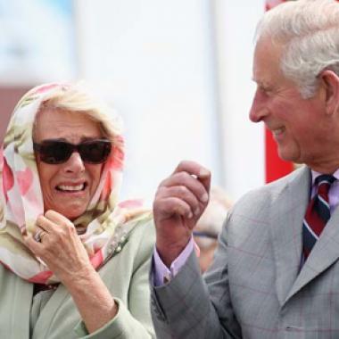 بالفيديو:الأمير تشارلز وزوجته يصابان بنوبة ضحك