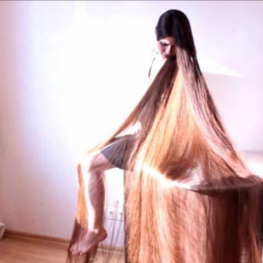 بالفيديو: لم تقصه منذ عشرين عاماً، طول شعرها يزيد عن مترين!
