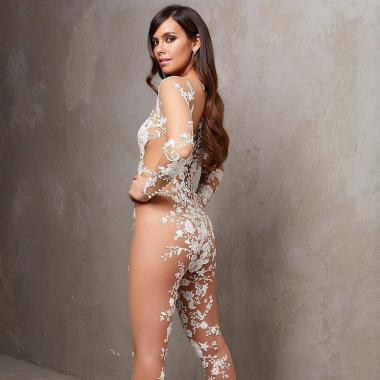 ماركة اسبانية تبتكر زياً لعروس شبه عارية