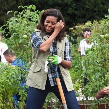 بين ميشيل أوباما وميلانيا ترامب حديقة خضار