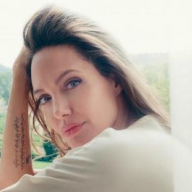 """بالفيديو أنجيلينا جولي الوجه الإعلاني الجديد لعطر """"Guerlain"""""""
