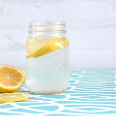 3 أسباب مهمة لتناول الماء الدافئ مع الليمون قبل الأكل