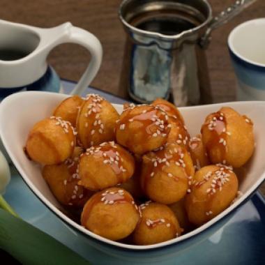 لقيمات من حلويات العيد في الإمارات