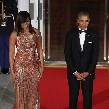 ميشيل أوباما تألقت بفستان خاص من أتيليه فيرساتشي