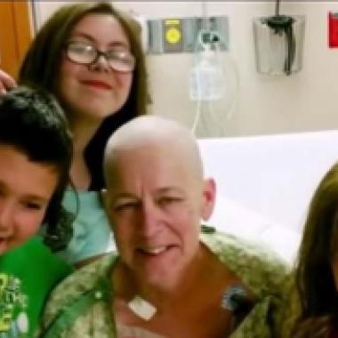بالفيديو: زوجان أميركيان يتبنيان أولاد جارتهما التي قتلها المرض
