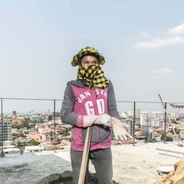مصور صحافي يوثّق معاناة عاملات البناء في كمبوديا