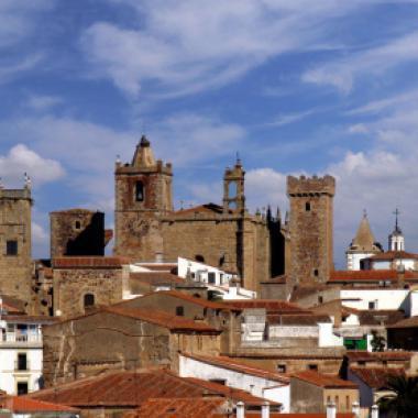 """""""كاسيريس"""" في إسبانيا: وصفةٌ سحريّةٌ لشهرِ عسلٍ أكثر مُتعة"""