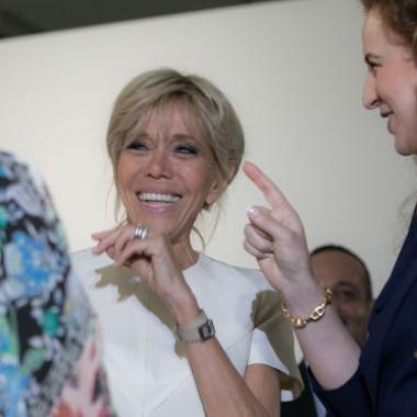 بريجيت ماكرون لا تتخلى أبداً عن هدية زوجها الرئيس