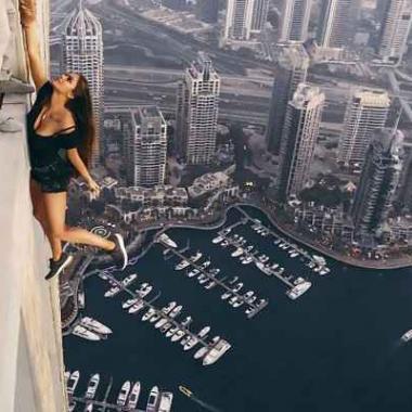 """بالفيديو:""""سيلفي"""" عارضة روسية على ارتفاع 306 أمتار في دبي"""