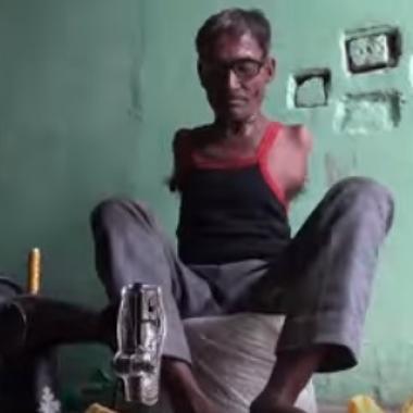 """بالفيديو: الهندي""""مادان لال""""خياط بلا يدين"""