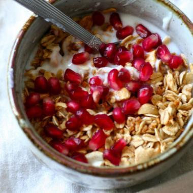 4 أطعمة صحية تحتوي سراً على كميات عالية من السكر