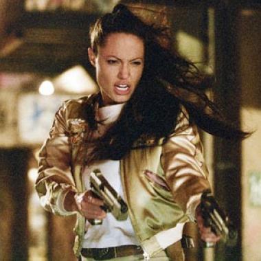 أنجلينا جولي بستايل يومي أنيق لمشاهدة فيلم Tomb Raider الجديد!