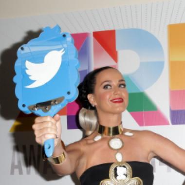 كاتي بيري الأولى على توتير مع مئة مليون متابع