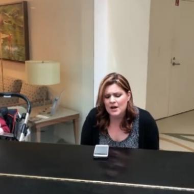 على غفلة منها فيديو مؤثر لأم تغني لطفلها المريض Never Enough