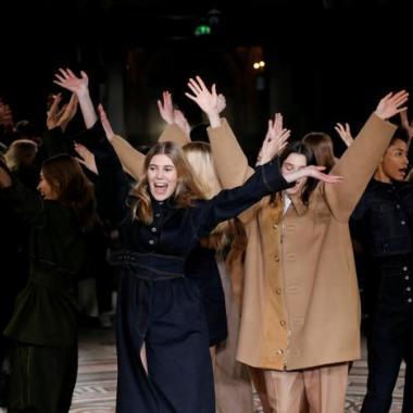 عارضات يرقصن على أغنية لجورج مايكل خلال عرض Stella McCartney في باريس!