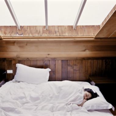 ما هي أسباب هلع النوم والمشي أثناء النوم؟