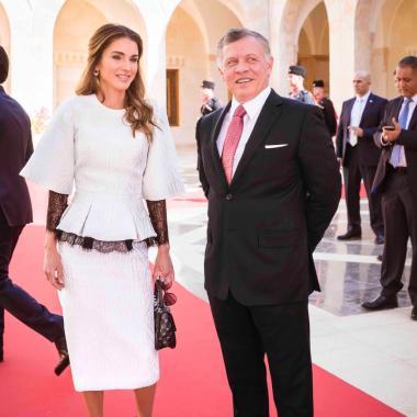 الملكة رانيا تتألق في تايور من تصميم جورج شقرا