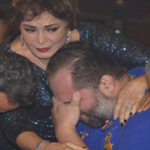 بعد مرض والده ابن محمود عبد العزيز ينهار