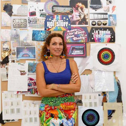 سارة بيضون تطرز رسائل فنية مبدعة على حقائبها من أجل تمكين المرأة