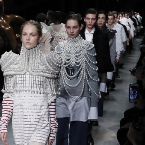 7 أشياء لا تعرفونها عن عرض Burberry في أسبوع الموضة في لندن