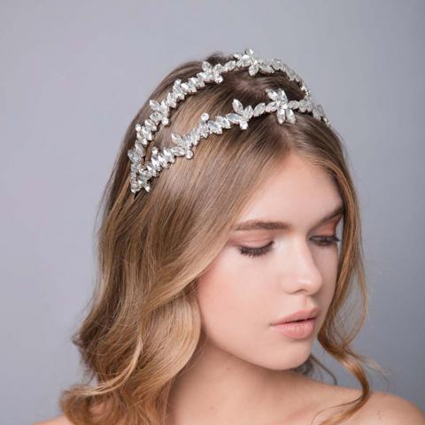 كارولينا شماس تحّيي التاريخ القديم لأكسسورات شعر عروس موسم الصيف!