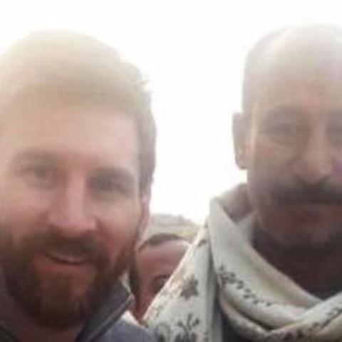 """""""عم أشرف"""" والصورة مع ليونيل ميسي قرب الأهرامات"""