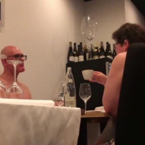 صحافية تختبر المطعم الباريسي  الخاص بالعراة!