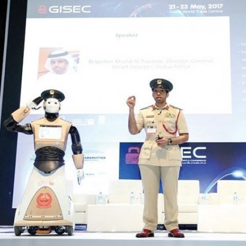 أول شرطي آلي في العالم ينضم إلى شرطة دبي
