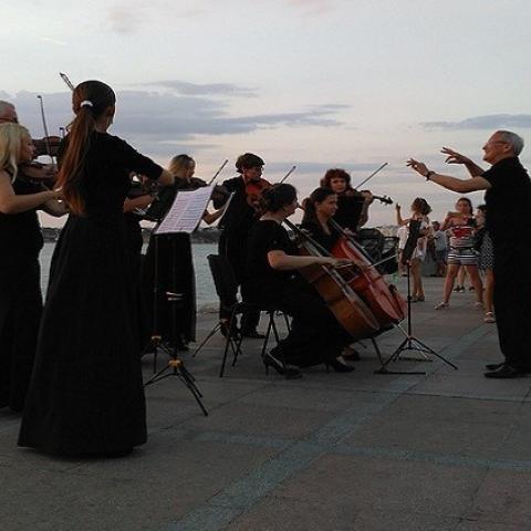 متعة الموسيقى الكلاسيكية على شاطئ البحر الأسود