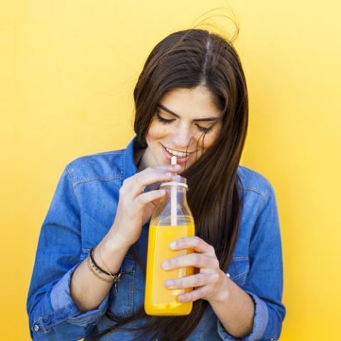 خمسة عصائر لتعزيز صحة شعرك هذا الصيف