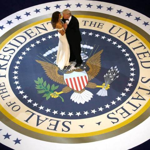 خمسون عاماً من إطلالات زوجات رؤساء أميركا في الحفل الراقص الأول