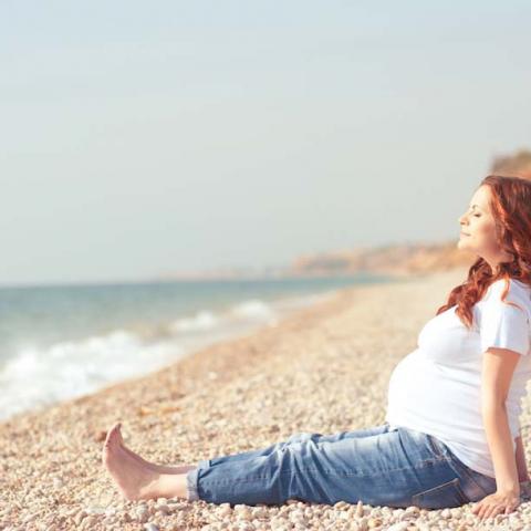 الأمومة المتأخرة بين الأمنيات والمخاطر