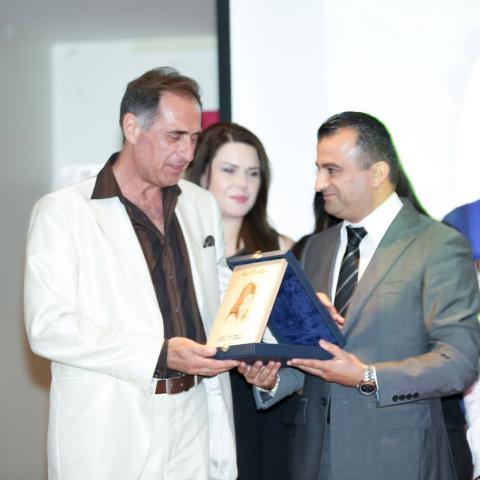 ملاك الانتظار للدكتور ديزيريه سقال: من الكتاب إلى المشهديّة المسرحيّة