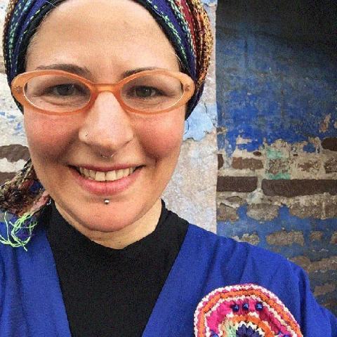 المصممة ياسمين دبوس سندبادة الفن الحرفي مثال المرأة المستقلة الناجحة