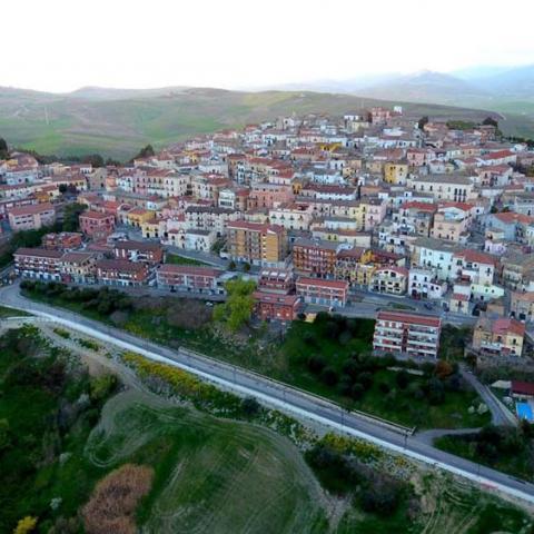 """""""كانديلا"""" البلدة الإيطالية الجميلة تدفع مالاً لمن ينتقل للعيش فيها"""