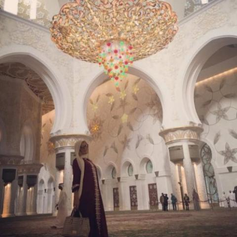 بالصور: باريس هيلتون تزور مسجد الشيخ زايد في أبوظبي