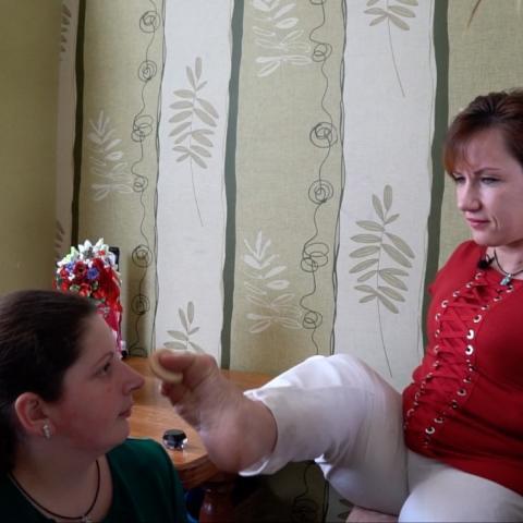 بالفيديو: خبيرة تجميل أوكرانية بلا ذراعين
