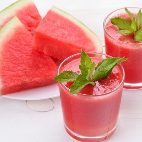 عصير البطيخ الأحمر المثلج المنعش