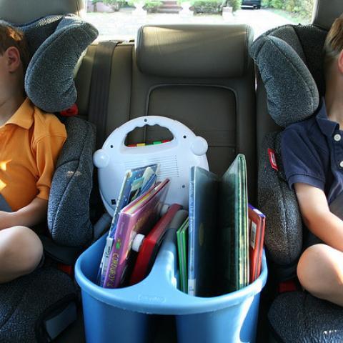 دليلكم لرحلة آمنة مع الأطفال في السيارة