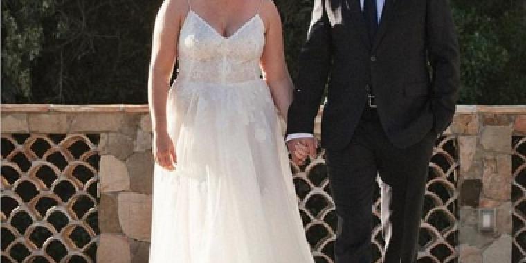 إيمي شومر تزوجت بأول فستان زفاف جرّبته